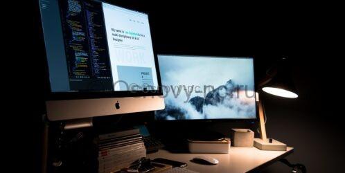 Компьютер Эпл на столе